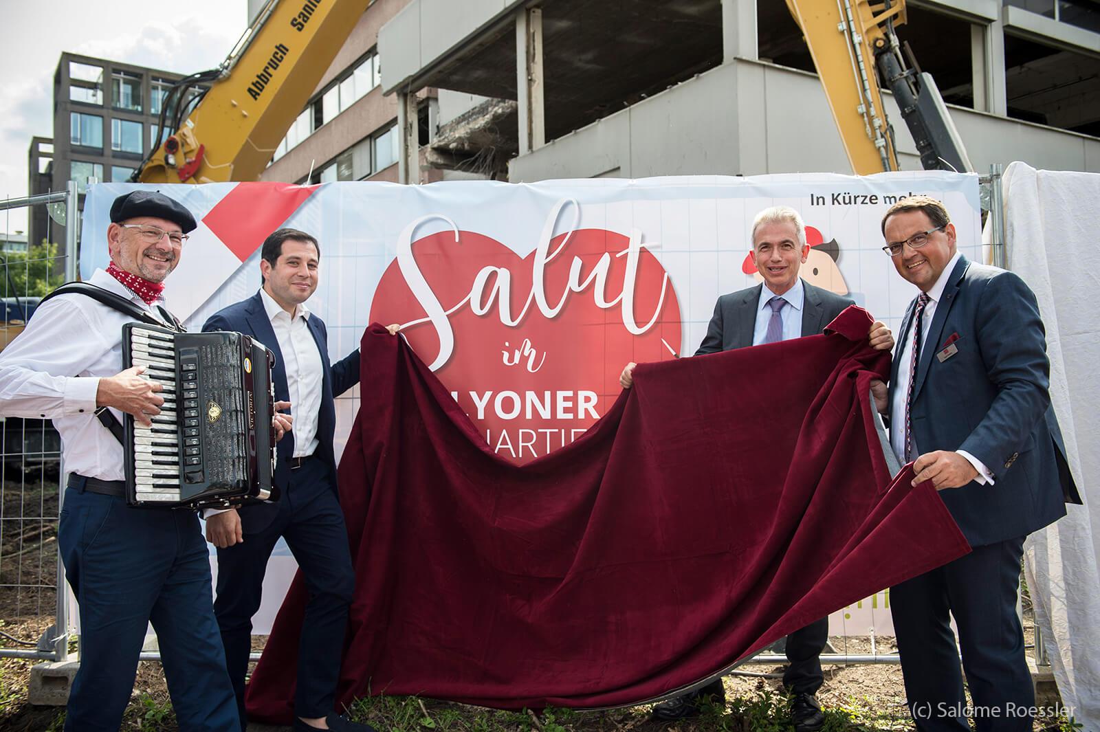 Oberbürgermeister Peter Feldmann (2.v.r.) bei seinem Besuch im Lyoner Quartier neben Catella-Geschäftsführer Klaus Franken (r) und dem SINN-Vorsitzenden David Roitmann (2.v.l.)