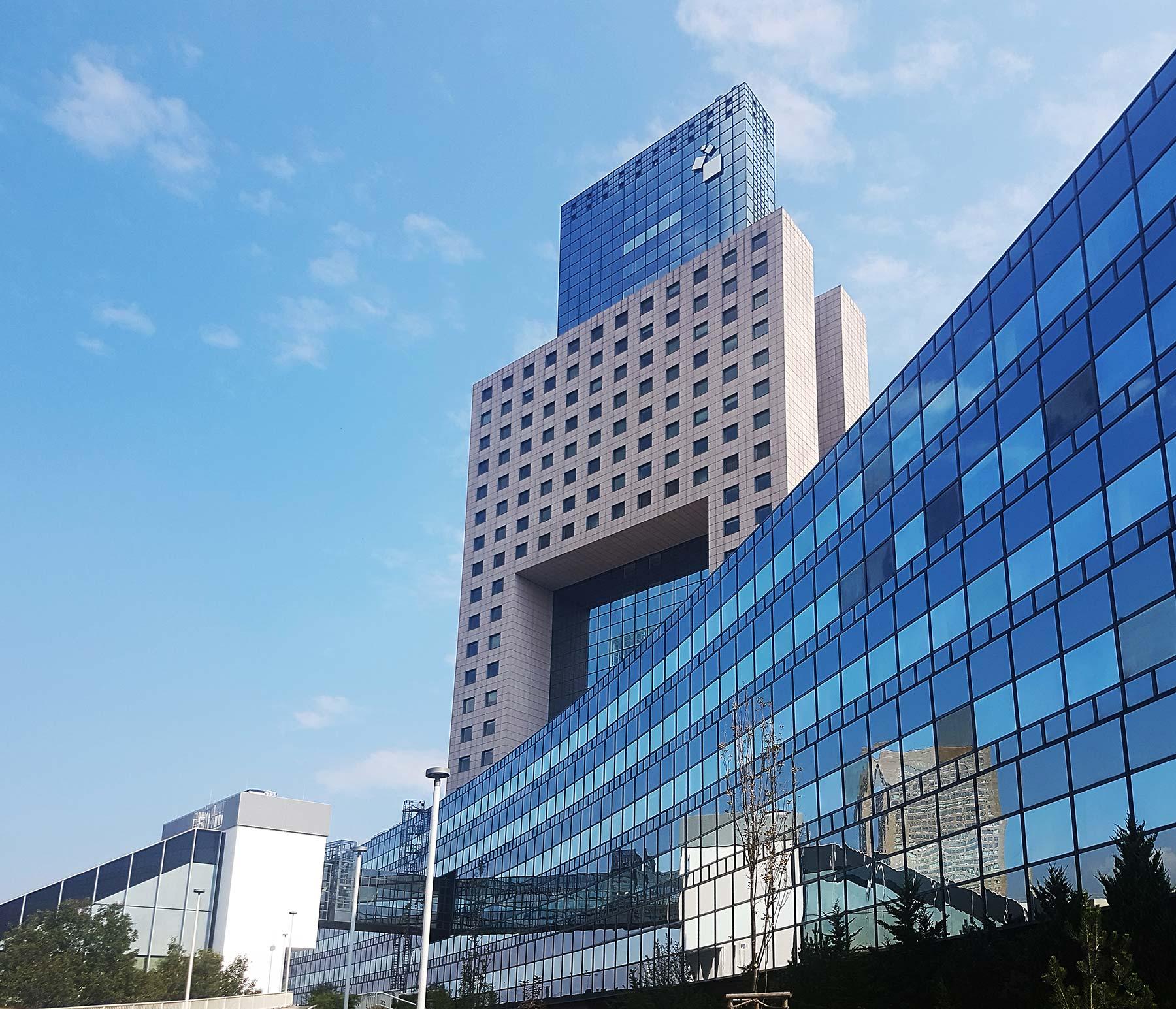 Messe Torhaus by Oswald Mathias Ungers in Frankfurt - modern trade fair tower