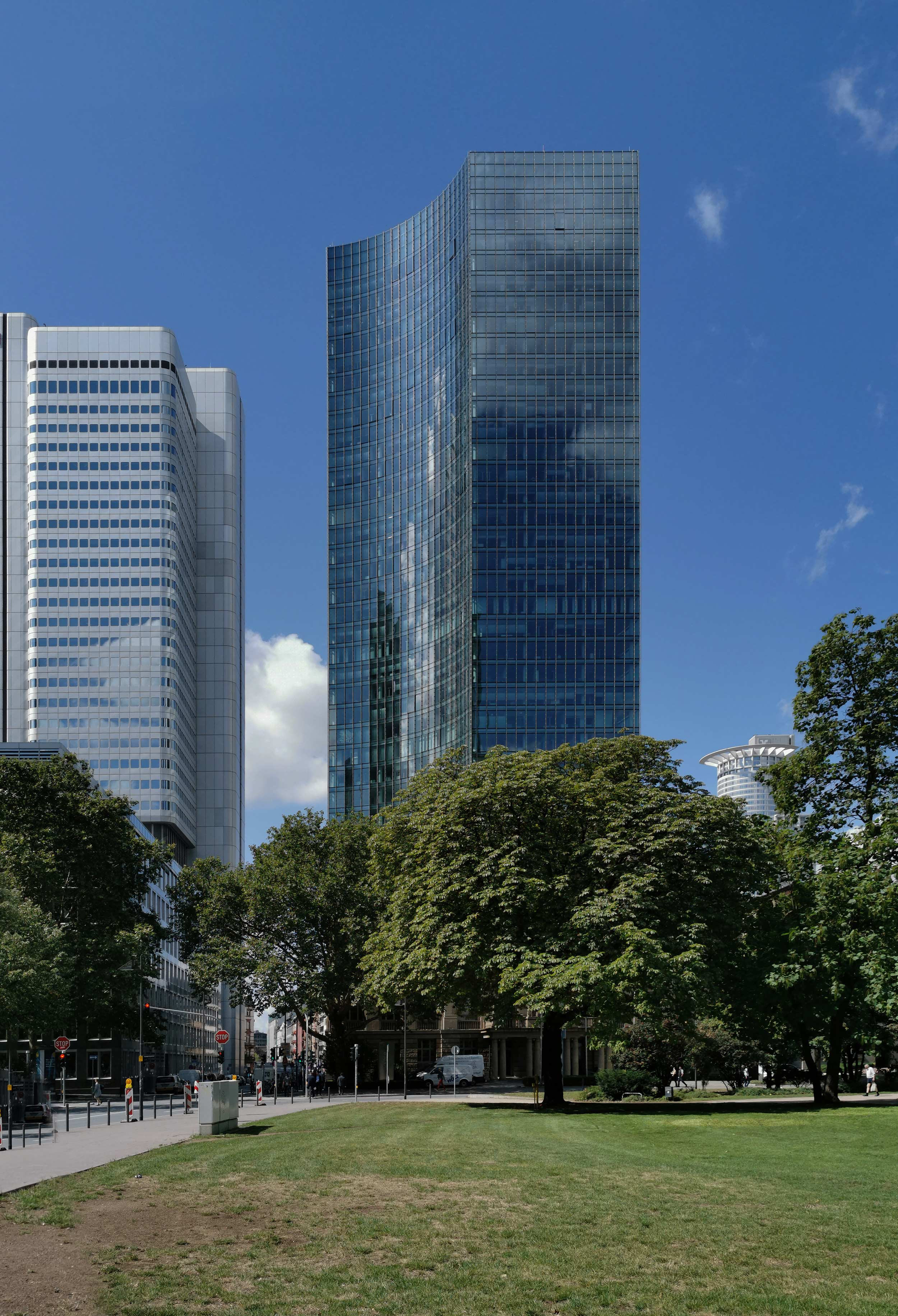 SKYPER high-rise in Frankfurt - High resolution photo - High-quality image - Modern glass high-rise - SKYPER Tower