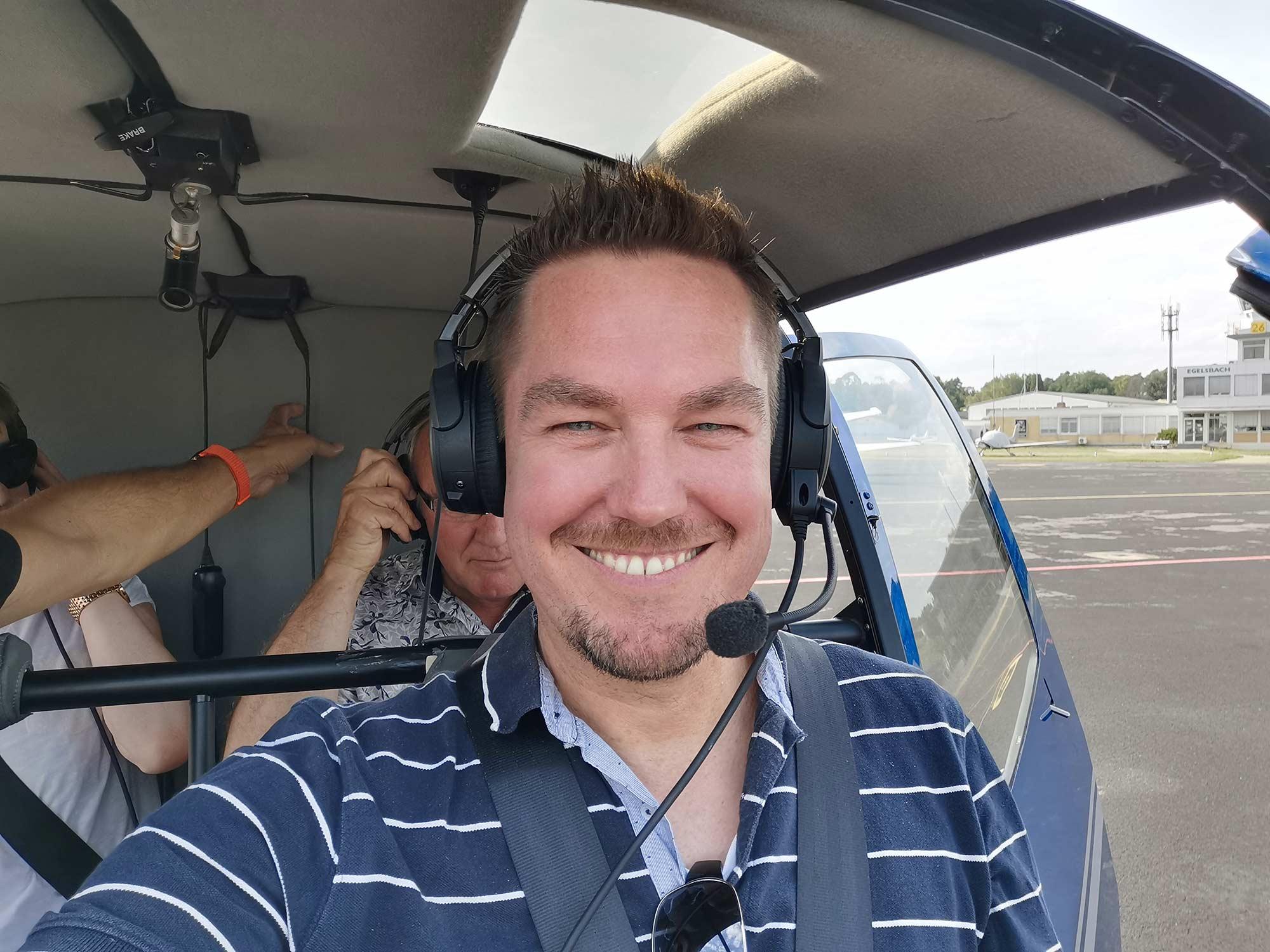 Helicopter tour Frankfurt - Passenger with headset - Skylinetour Frankfurt